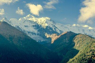 Fototapete Berg oben mit Wolken bedeckt.