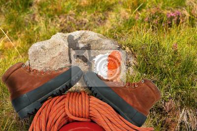 Kletterausrüstung Im Flugzeug : Bergsteigen konzept kletterausrüstung seil stiefel und helm