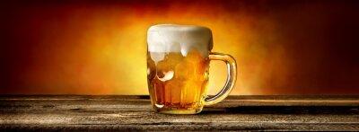 Fototapete Bier im Becher auf Tabelle
