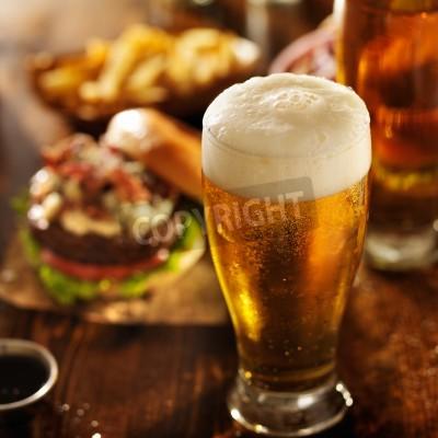 Fototapete Bier mit Hamburger auf Tisch