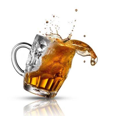 Fototapete Bier spritzen in Glas isoliert auf weiß