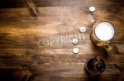 Fototapete Bier Stil-Flasche, Bier im Glas und Decken auf Holztisch.