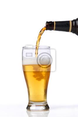 Bier wird auf einem Glas gießen