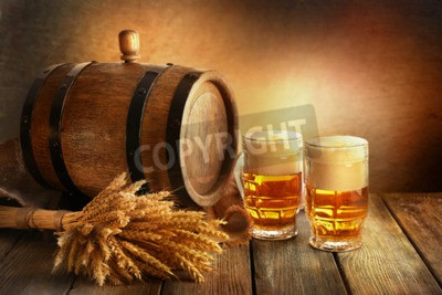 Fototapete Bierfass mit Biergläser auf dem Tisch auf braunem Hintergrund