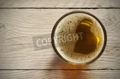 Fototapete Bierfass mit Biergläser auf dem Tisch auf Holzuntergrund