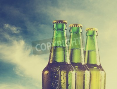 Fototapete Bierflaschen am Strand. Retro-Filter.