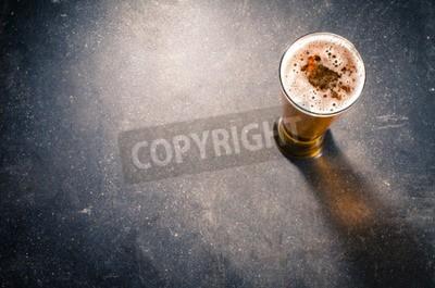 Fototapete Bierglas auf dunkle Tabelle
