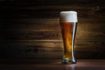 Fototapete Bierglas auf einem hölzernen Hintergrund