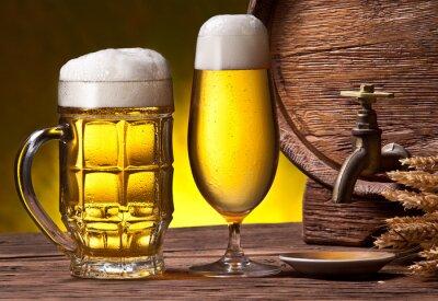 Fototapete Biergläser, alte Eichenfass und Weizen Ohren.