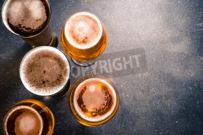 Fototapete Biergläser auf einem dunklen Tisch