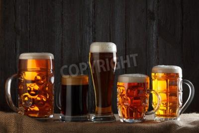 Fototapete Biergläser mit Lagerbier, dunkles Lagerbier, dunkles Bier, Malz und stout Bier auf dem Tisch, dunklem Holzuntergrund