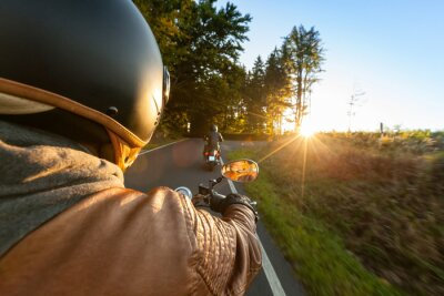 Fototapete Biker fahren Motorrad in sonnigen Morgen