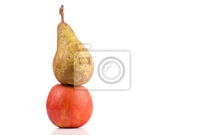 Fototapete Birne steht auf Apfel vor weißem Hintergrund