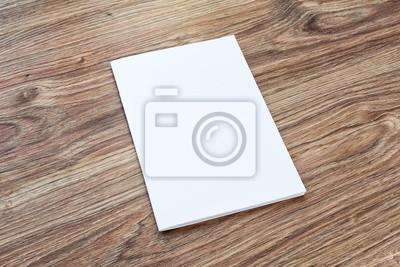 Blank der broschüre ist auf einem schreibtisch aus holz. fototapete ...