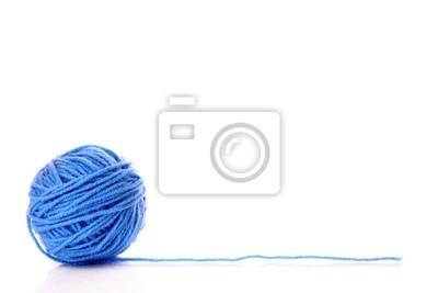 Blaue Kugel von Wollfaden isoliert auf weiß