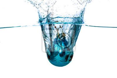 Blaue Weihnachtskugel fällt ins Wasser