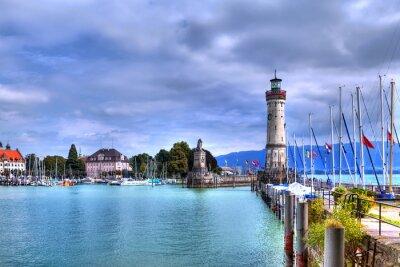 Fototapete Blick auf den Hafen auf der Insel von Lindau am Bodensee im Süden Deutschlands mit dem historischen Leuchtturm.