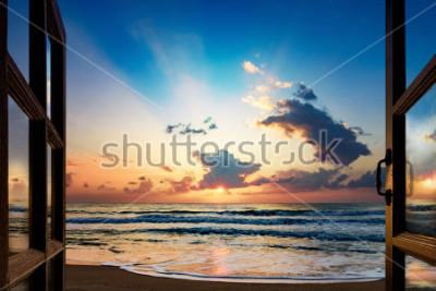 Fototapete Blick auf den Sonnenaufgang über dem Meer aus dem offenen Fenster