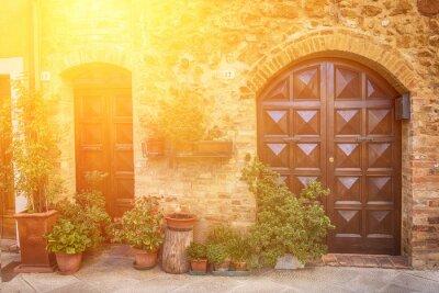 Fototapete Blick auf die alten alten europäischen Stadt. Straße von Pienza, Italien mit Holztüren. Sunny reisen Hintergrund.