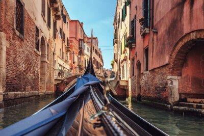 Fototapete Blick von der Gondel während der Fahrt durch die Kanäle von Venedig i