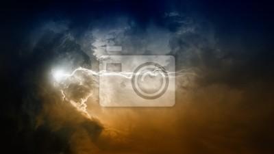 Blitz in dunklen Himmel