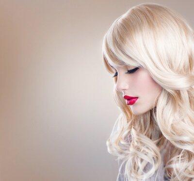 Fototapete Blonde Frau Portrait. Schöne Blonde Mädchen mit dem langen wellenförmigen Haar