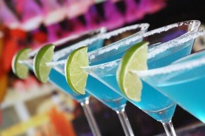 Fototapete Blue Curacao Cocktails in Martini-Gläsern in einer Bar.