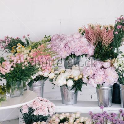 Fototapete Blumen in Vasen und Eimern. Blumengeschäft.