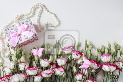Blumenstrauss Von Schonen Blumen Mit Perlenneclace Und Von