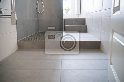 Fototapete: Bodenfliesen in einem schmalen bad mit dusche