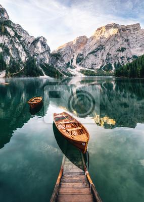Fototapete Boote und Belegbau im Braies See mit Kristallwasser im Hintergrund von Seekofel-Berg in den Dolomit im Morgen, Italien Pragser Wildsee
