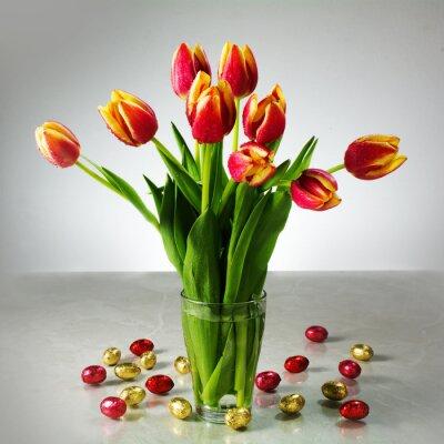 Fototapete Bouquet von frischen Tulpen und kleinen roten gelben Schokoladenoaster zB