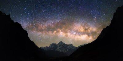 Fototapete Bowl of Heavens. Helle und lebendige Milchstraße über die schneebedeckten Berge. Schöne Sternenhimmel scheint in einer
