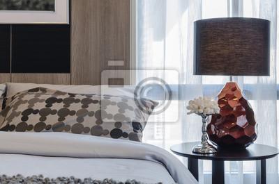 Fototapete Braun Lampe Auf Runden Tisch Im Schlafzimmer