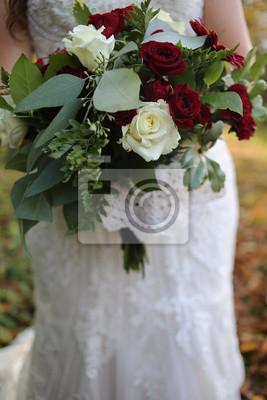 Braut Halt Einen Roten Weissen Und Grunen Hochzeitsstrauss Mit