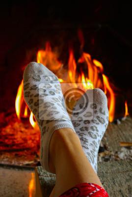 Fototapete Brennende Holz Am Kamin, Weibliche Beine In Socken Aufwärmen.  Brennholzziegel Am Feuer,
