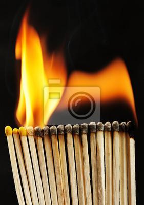 brennende Streichhölzer auf schwarzem Hintergrund