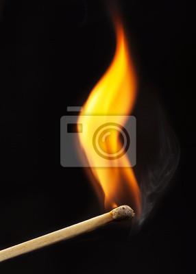 brennenden Streichholz auf schwarzem Hintergrund