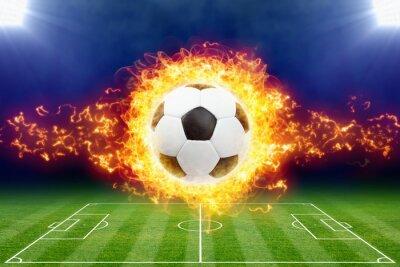 Brennender Fußball über grünem Fußballstadion