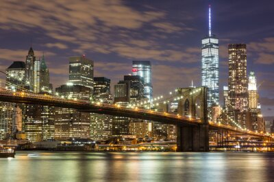 Fototapete Brooklyn Bridge und Downtown Wolkenkratzer in New York in der Abenddämmerung