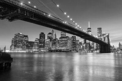 Fototapete Brooklyn-Brücke in der Dämmerung angesehen vom Brooklyn-Brücken-Park in New York City.