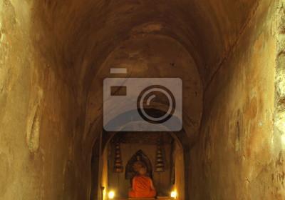 Buddhistische Mönche meditieren in Höhle