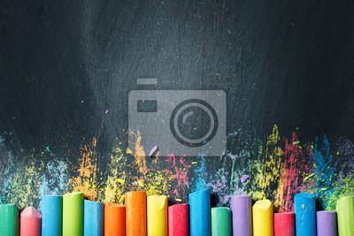 Fototapete Bunte Buntstifte an der Tafel, Zeichnung.  Zurück zum Schulhintergrund.
