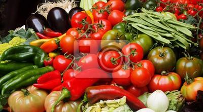 Bunte Lebensmittel von Tomaten, rotem Chili, Eierpflanzen, Zwiebeln und Kirschen