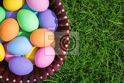 Bunte Ostereier im Nest auf Wiese