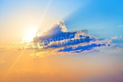 Fototapete Bunter Sonnenuntergang. Scenic Himmel mit Wolken und helle Sonne.