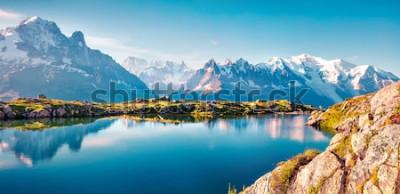 Fototapete Buntes Sommerpanorama des Lac Blanc-Sees mit Mont Blanc (Monte Bianco) auf Hintergrund, Chamonix-Standort. Schöne Szene im Freien im Naturreservat Vallon de Berard, Graian Alps, Frankreich, Europa.