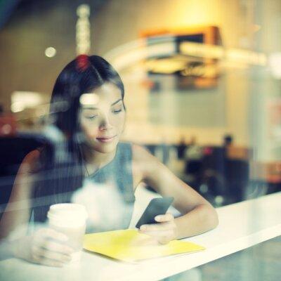 Fototapete Cafe Stadt Lebensstil Frau am Telefon Kaffeetrinken