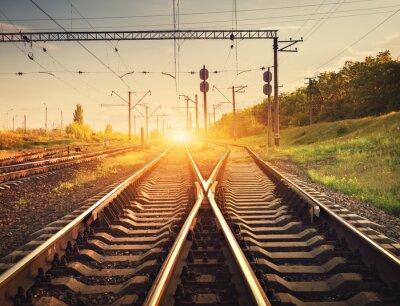Fototapete Cargo-Bahn-Plattform bei Sonnenuntergang. Eisenbahn in der Ukraine. Eisenbahn