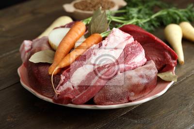 Carne cruda di bovino su tavolo di cucina rustico fototapete ...